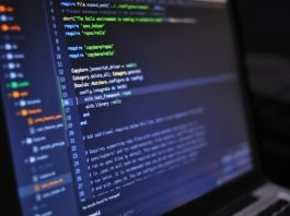 TikTok apre il suo algoritmo e sfida Facebook